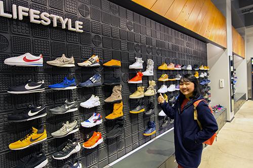 tienda de zapatillas mostrador