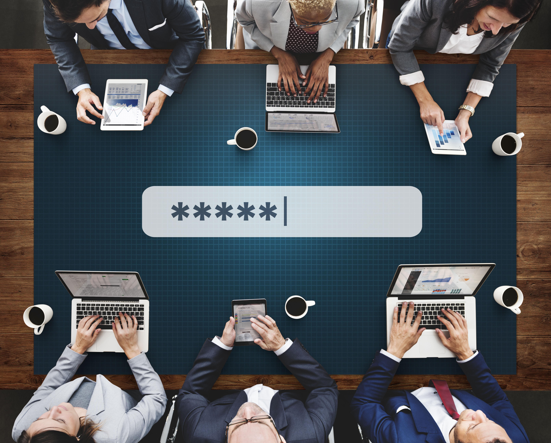reunion de directivos con ordenadores sobre la mesa